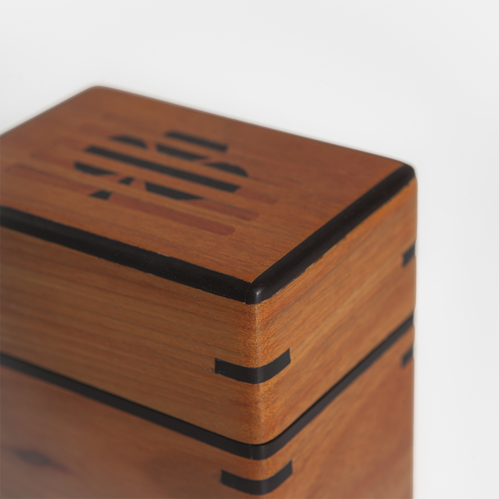 Light-wood-playing-cards-holder-3