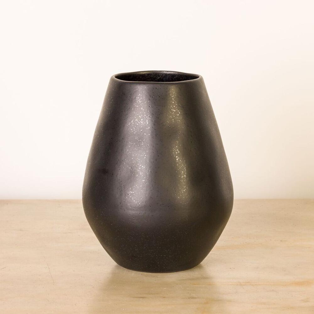 Black-bulb-vase-3