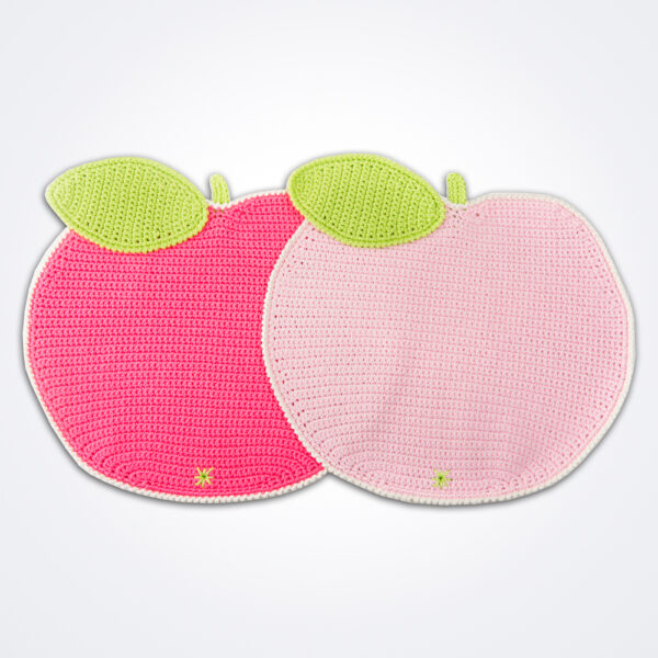 Crochet apple placemat set complete.