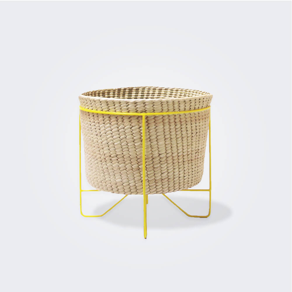 Palm-leaf-basket with-yellow-stand-small-fondo gris 2