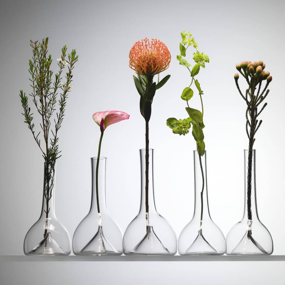 Single-flower-glass-vase–contexto-2